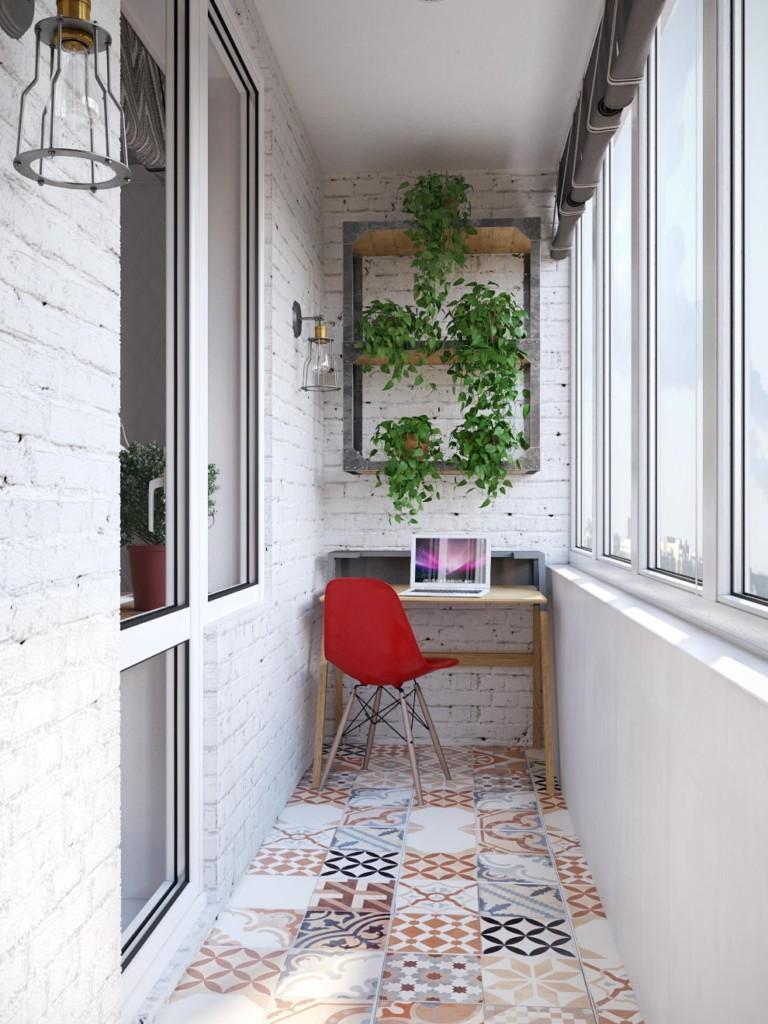 Компьютерный столик на благоустроенном балконе