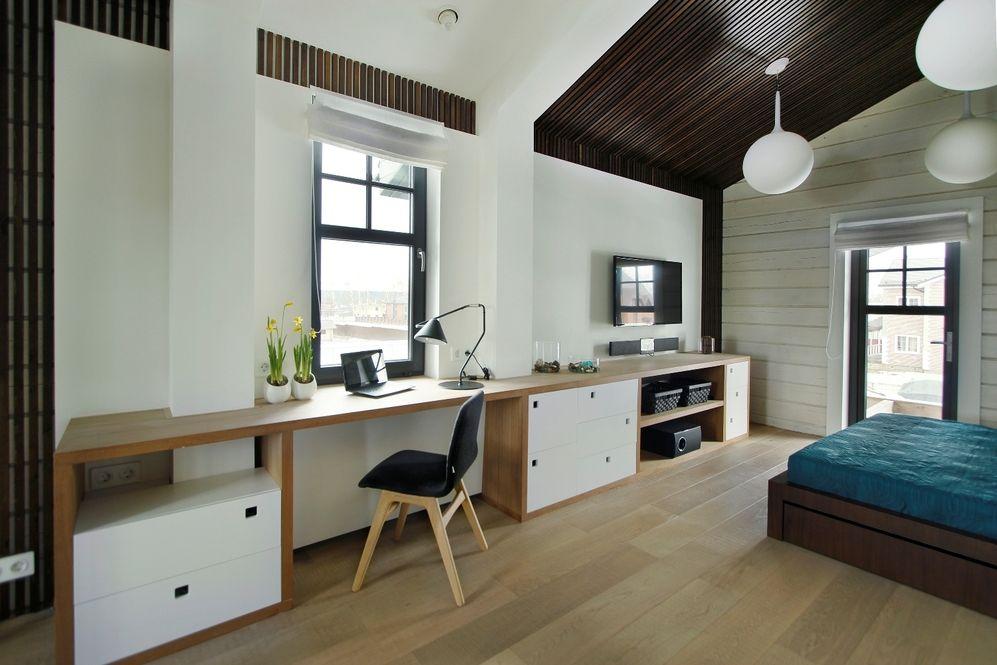 Стол-подоконник в интерьере спальни частного дома