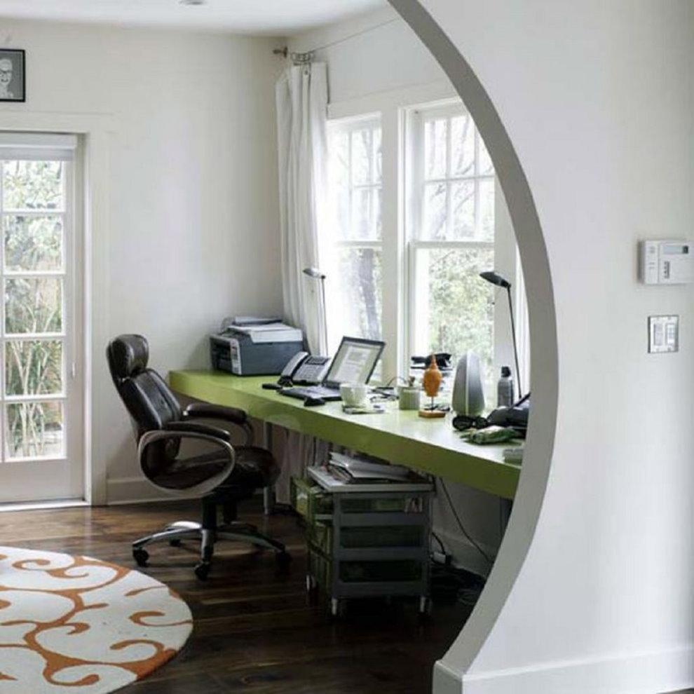 Компьютерный стол возле окна спальни