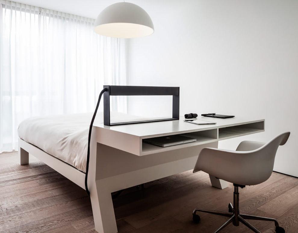 Компьютерный стол в изголовье кровати
