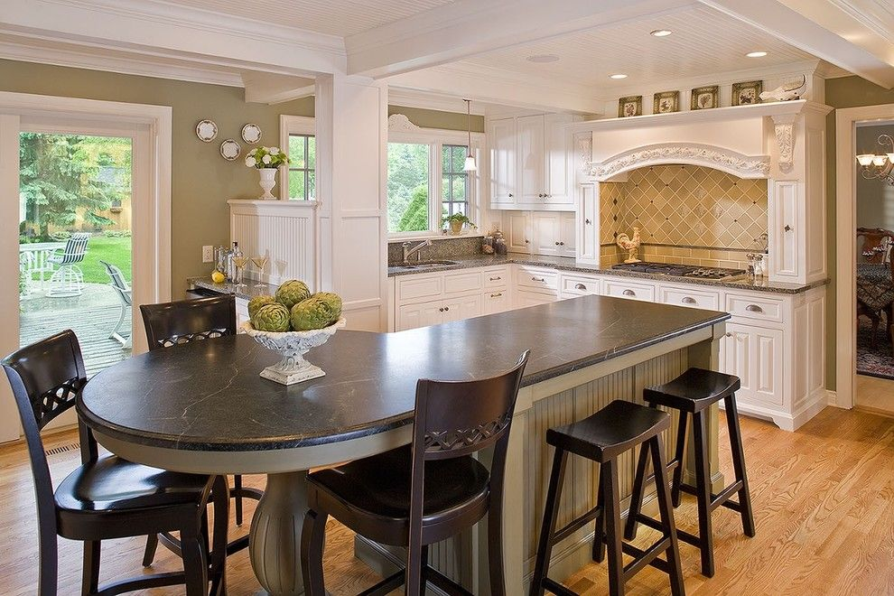 стол из искусственного камня на кухне