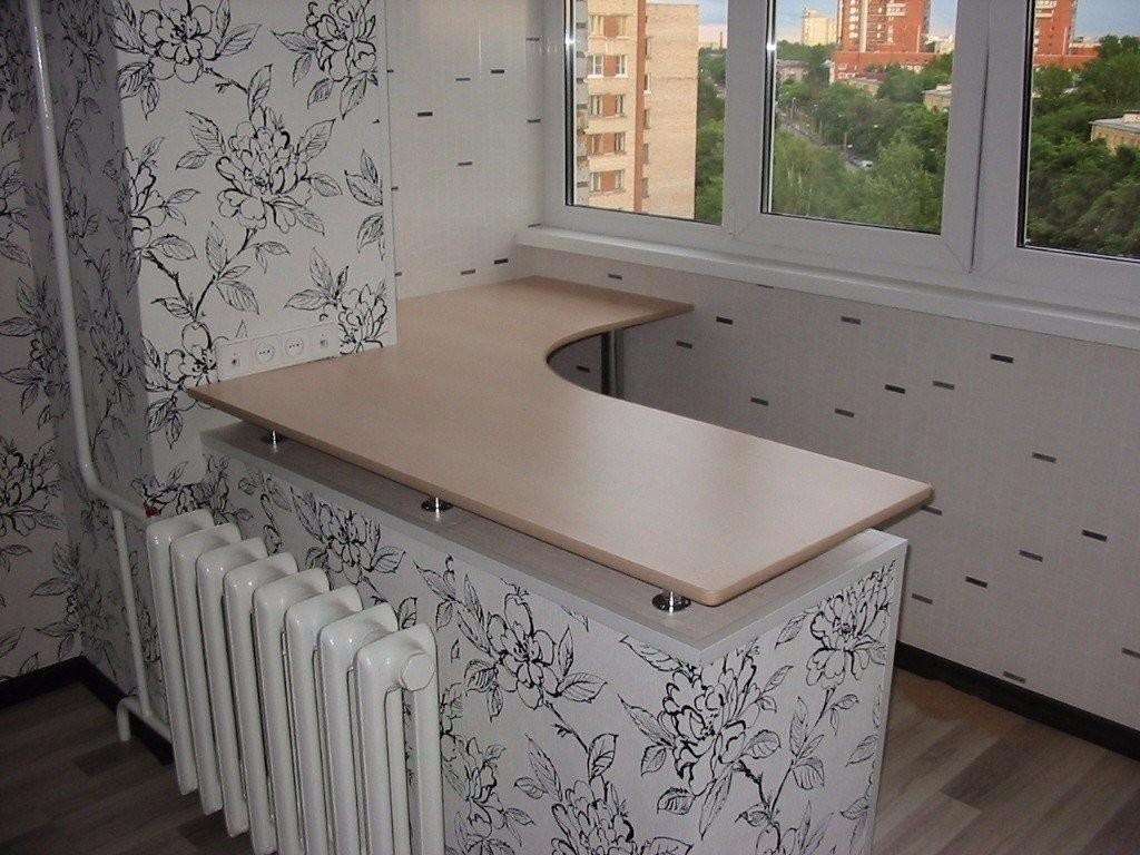 Чугунная батарея отопления на стене между кухней и балконом