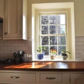 столешница вместо подоконника на кухне фото оформление