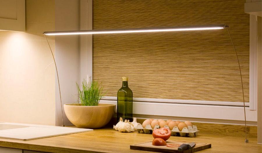 Линейный светодиодный светильник на тонких стойках из проволоки