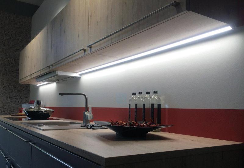 Длинные светильники вдоль кухонного фартука