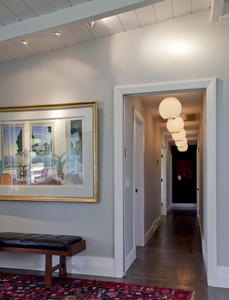 Шарообразные светильники на потолке узкого коридора