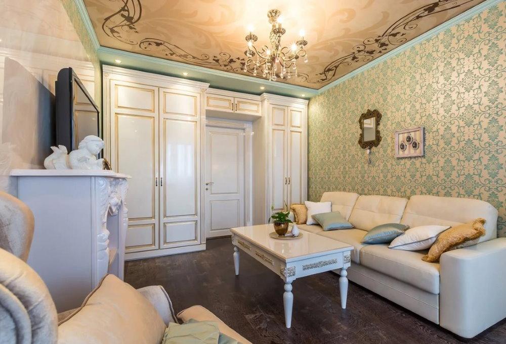 Дверь кремового цвета в гостиной двухкомнатной квартиры