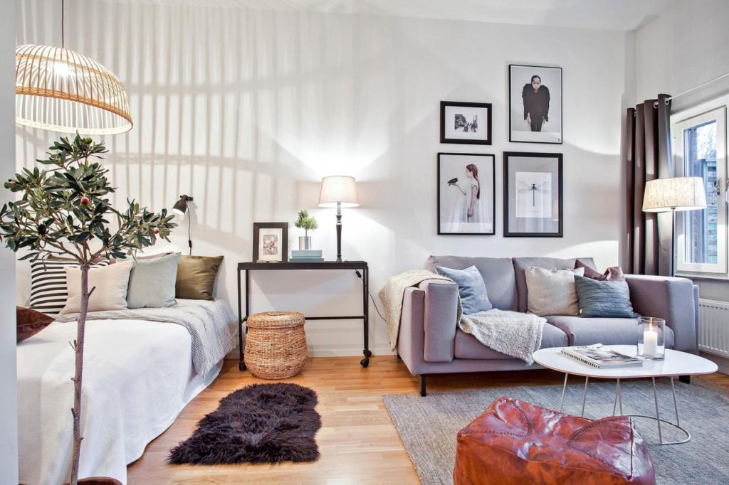 Кровать в комнате с картинами над диваном