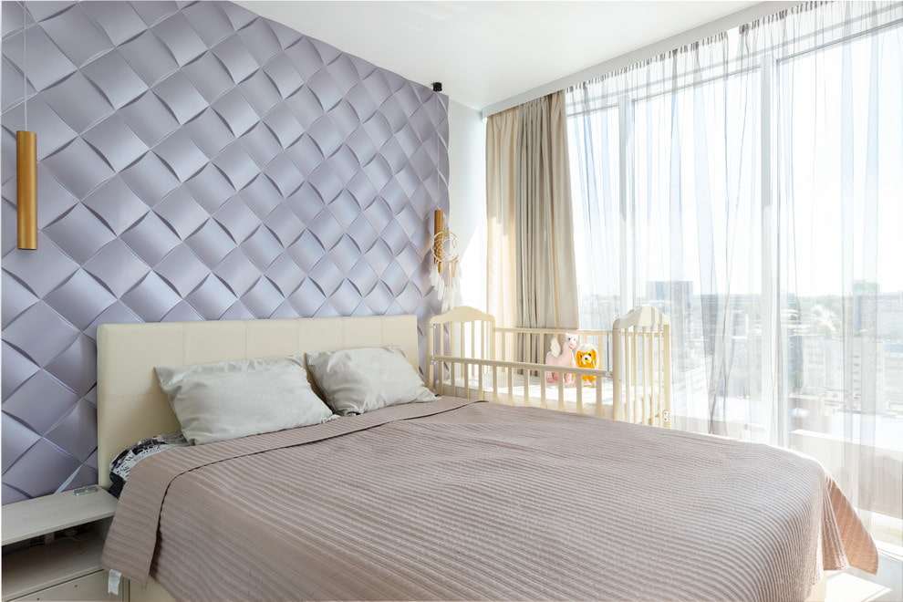 Панорамное окно в комнате с детской кроваткой