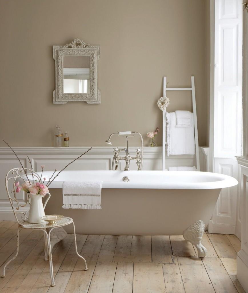 Ванна на ножках в светлой комнате стиля прованс