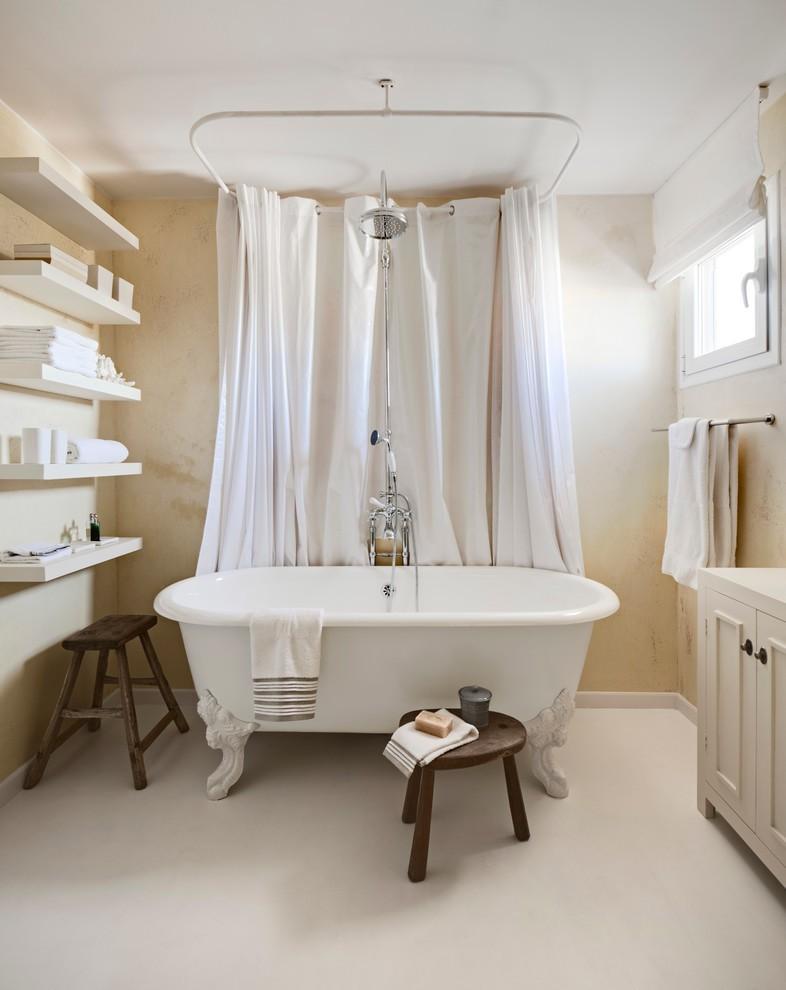 Открытые полки на стене просторной ванной
