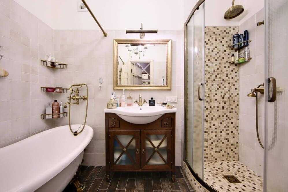 Светлая керамическая плитка в ванной стиля прованс
