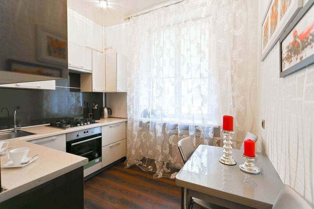 Светлая кухня с полупрозрачным тюлем на окне