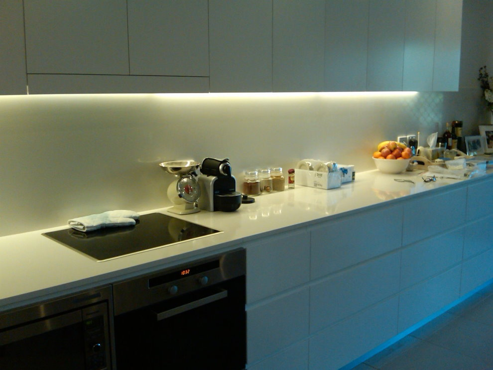 Яркая подсветка белого цвета в рабочей зоне кухни