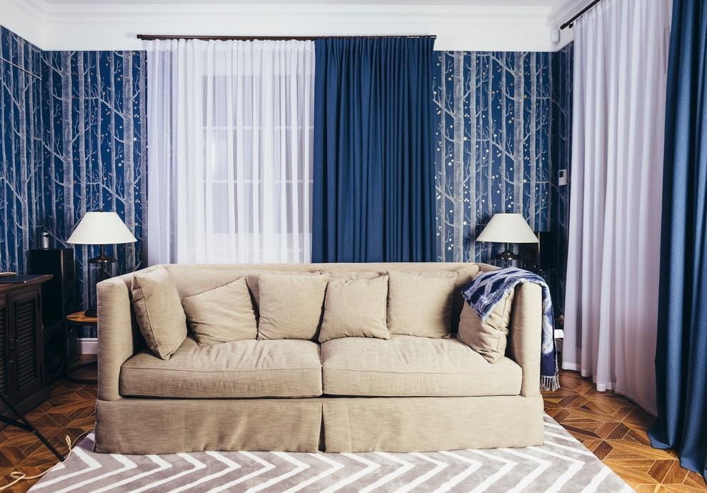 Плотные гардины синего цвета в гостиной с диваном