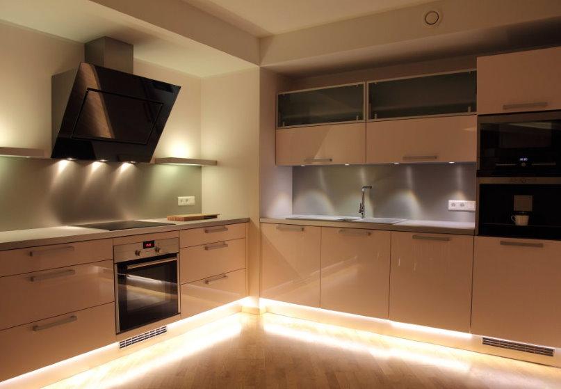 Точечный свет от светильников под кухонными шкафчиками