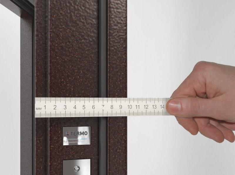 Замер толщины двери с качественной шумоизоляцией
