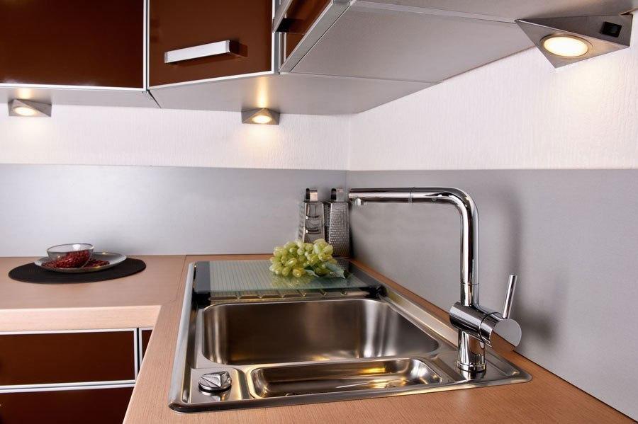 Правильное размещение накладных светильников под навесными шкафами