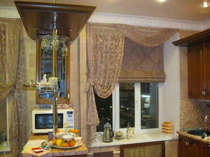 Сочетание тюля со шторой римского типа на окне кухни
