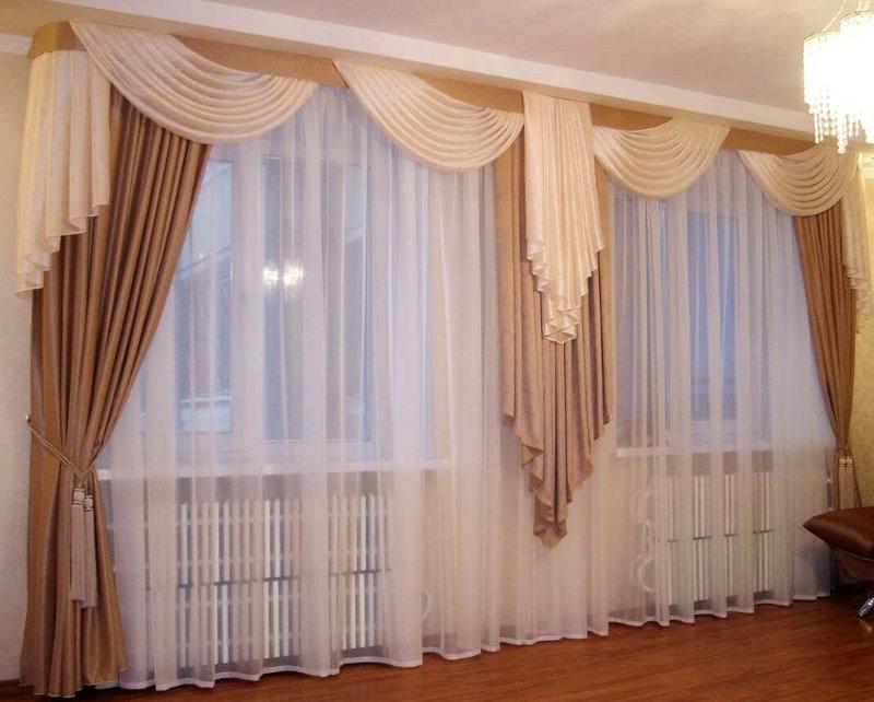 Декорирование одним тюлем двух окон в комнате