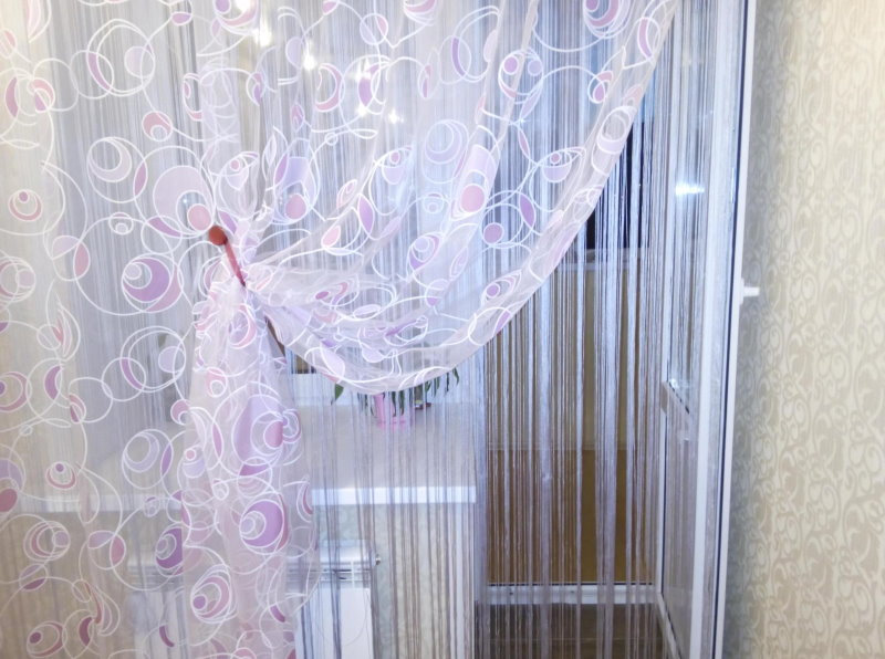 Оформление окна с балконной дверью тюлем и кисеей