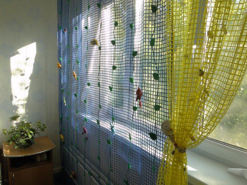 Тюль-сетка на кухонном окне из ПВХ