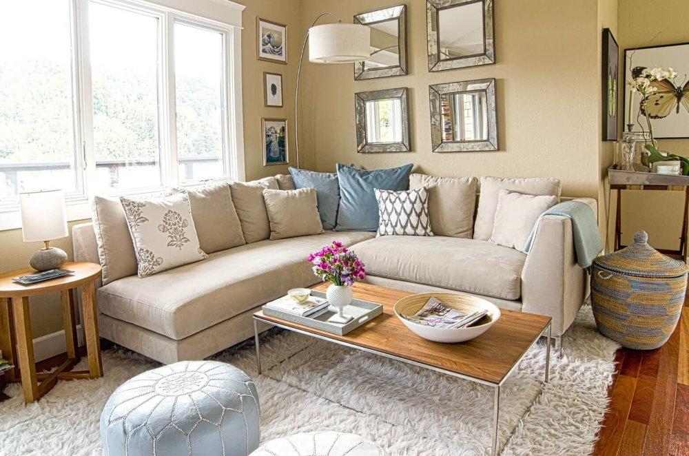 Небольшая гостиная с угловым диваном