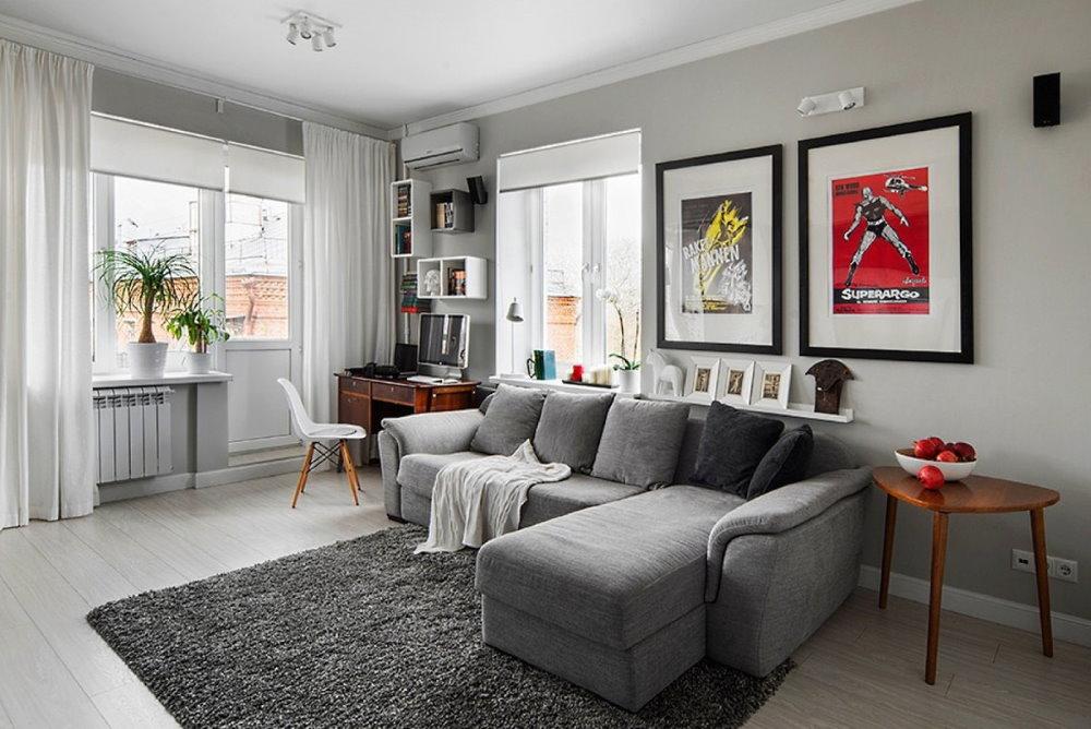 Угловой диван в комнате с двумя окнами