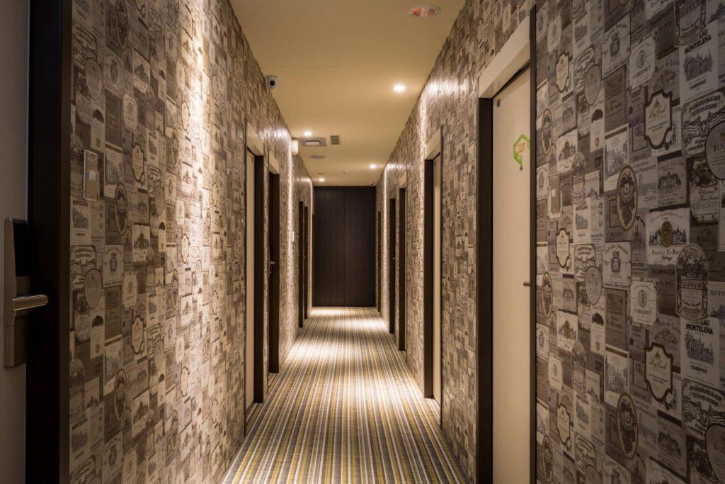 виниловые обои в коридоре