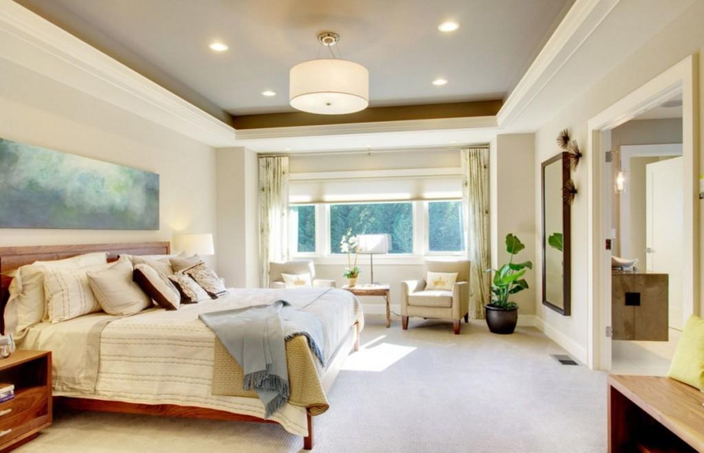 Спальня частного дома с картиной над кроватью