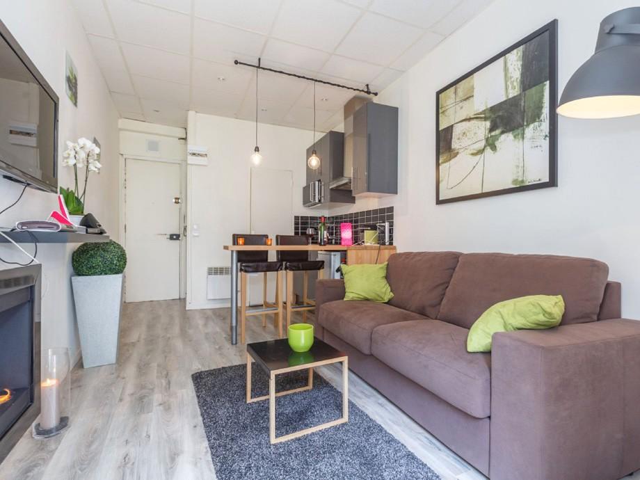 Прямой диван в узкой комнате квартиры