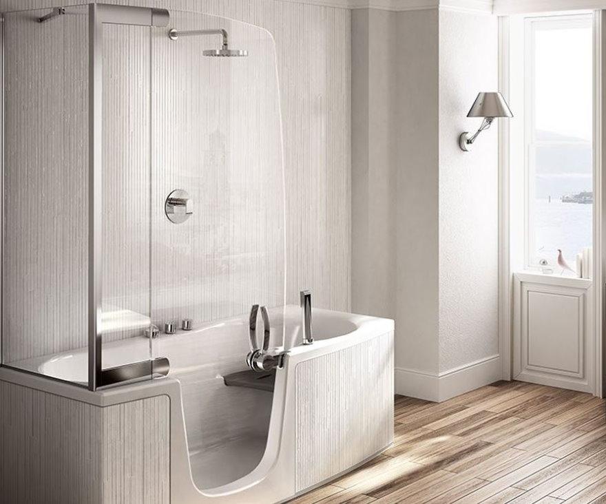 Стеклянная дверка в ванне с душевой кабиной