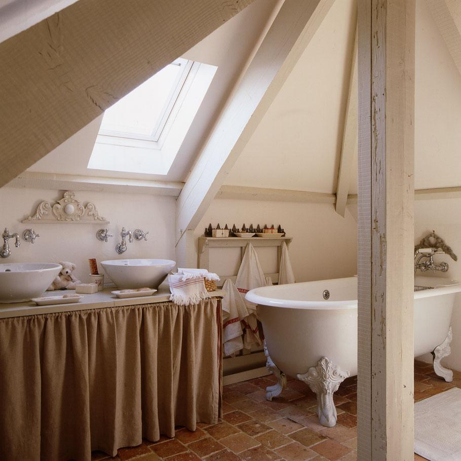 Интерьер ванной в стиле прованс в мансарде дачного дома