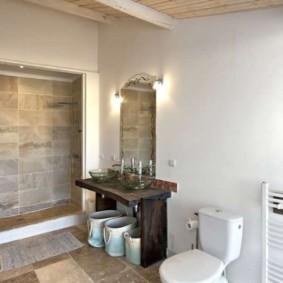 Ровные стены светлого цвета в ванной комнате