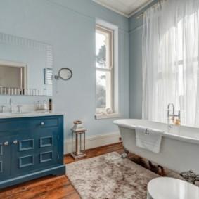 Белая ванна на деревянном полу