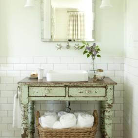 Плетенная корзина с банными полотенцами
