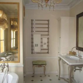 Хромированный полотенцесушитель на стене в ванной