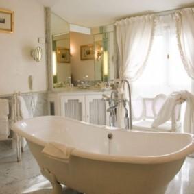 Светлые шторы на окне ванной