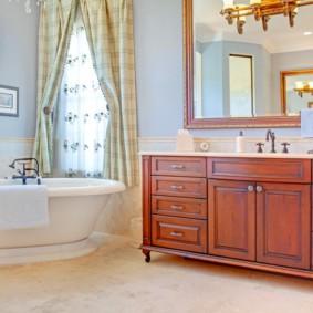 Большое зеркало в совмещенной ванной