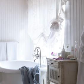 Интерьер ванной с большим окном