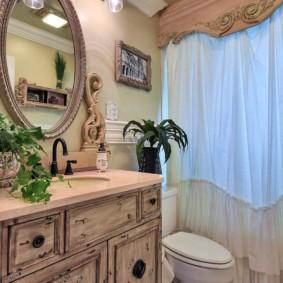 напольный унитаз перед занавесками в ванной