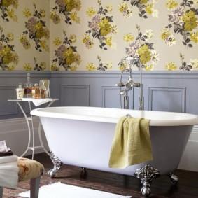 Цветочный принт на обоях в ванной