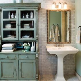 Деревянный ретро шкаф в ванной комнате