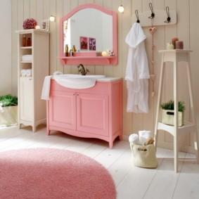 Розовые акценты в интерьере ванной