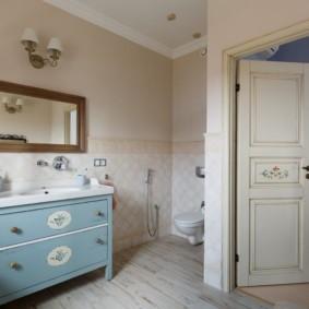 Распашная дверь в ванной комнате