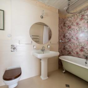 Дизайн ванной с обоями в цветочек