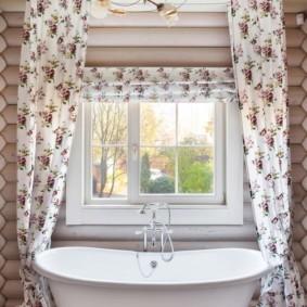Акриловая ванна перед окном в частном доме