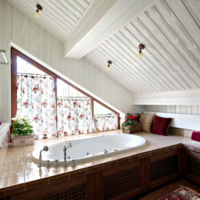 Деревянна обшивка наклонного потолка