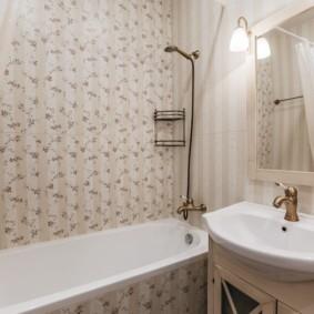 Белая сантехника в ванной с обоями