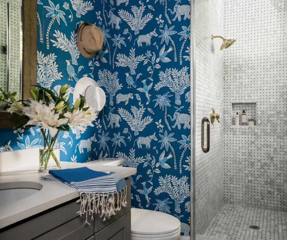 Ванная с душем и обоями на стене